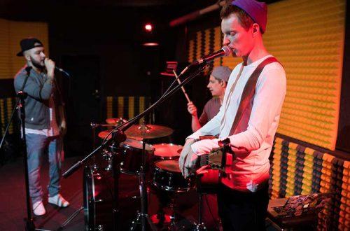 modern-music-band-performance-4MA8NU6.jpg